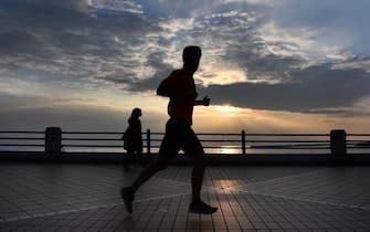 Un runner sul lungomare di Corso Italia visto le miti temperature. Genova, 12 novembre 2020 ANSA/LUCA ZENNARO