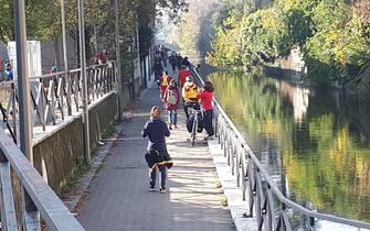 Foto di gente a passeggio sulla martesana di Massimo Lapenda LE