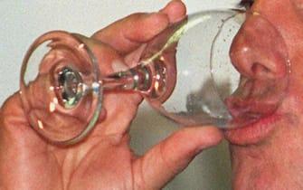 Una immagine di archivio di uomo mentre beve un bicchiere di acqua. Basta con diete improvvisate e fai-da-te, regimi alimentari sballati che promettono dimagrimenti rapidi e facili, il rimedio c'e' ed e' naturale, per di piu' a portata di tutti: due bicchieri d'acqua prima di pranzare o cenare e si mangiano quasi 100 calorie in meno a pasto (75-90), rendendo piu' facile dimagrire. Il segreto e' semplice, l'acqua riempie lo stomaco e induce a mangiare meno: ci si sente, cioe', sazi prima. Testata per la prima volta in una sperimentazione clinica, quella che potremmo battezzare la ''dieta dell'acqua'', unita a un regime alimentare bilanciato ma ipocalorico, fa perdere, in tre mesi, quasi 2,5 kg in piu' rispetto alla sola dieta ipocalorica.  ANSA/CLAUDIO ONORATI