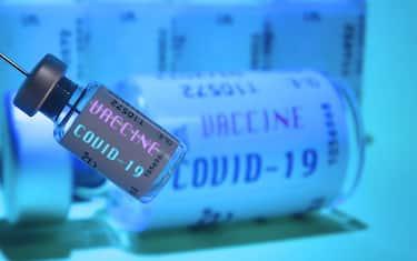 Topic picture, symbol photo: Corona vaccine. Biontech and Pfizer apply for approval of corona vaccine. A hand wrapped in a rubber glove holds a disposable syringe, syringe, vaccination syringe and a vaccination can, | usage worldwide (hair - 2020-11-20, Frank Hoemann/SVEN SIMON / IPA) p.s. la foto e' utilizzabile nel rispetto del contesto in cui e' stata scattata, e senza intento diffamatorio del decoro delle persone rappresentate