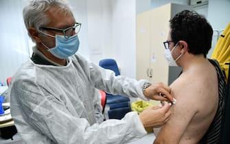 Un medico inocula il vaccino antifluenzale. Genova, 14 Novembre 2020. ANSA/LUCA ZENNARO