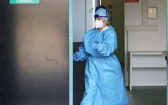 Il primo paziente di coronavirus  all'ospedale da campo degli alpini nella Fiera di Bergamo, 2 novembre 2020. Ansa/Filippo Venezia