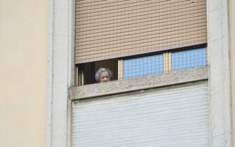 Emergenza Covid 19, La Guardia di Finanza esegue perquisizioni e indagini all istituto Palazzolo Don Gnocchi in seguito ai decessi tra i ricoverati a causa del Coronavirus, una donna anziana affacciata ad una delle finestre dell RSA,  Milano,21 Aprile 2020, ANSA/Andrea Fasani