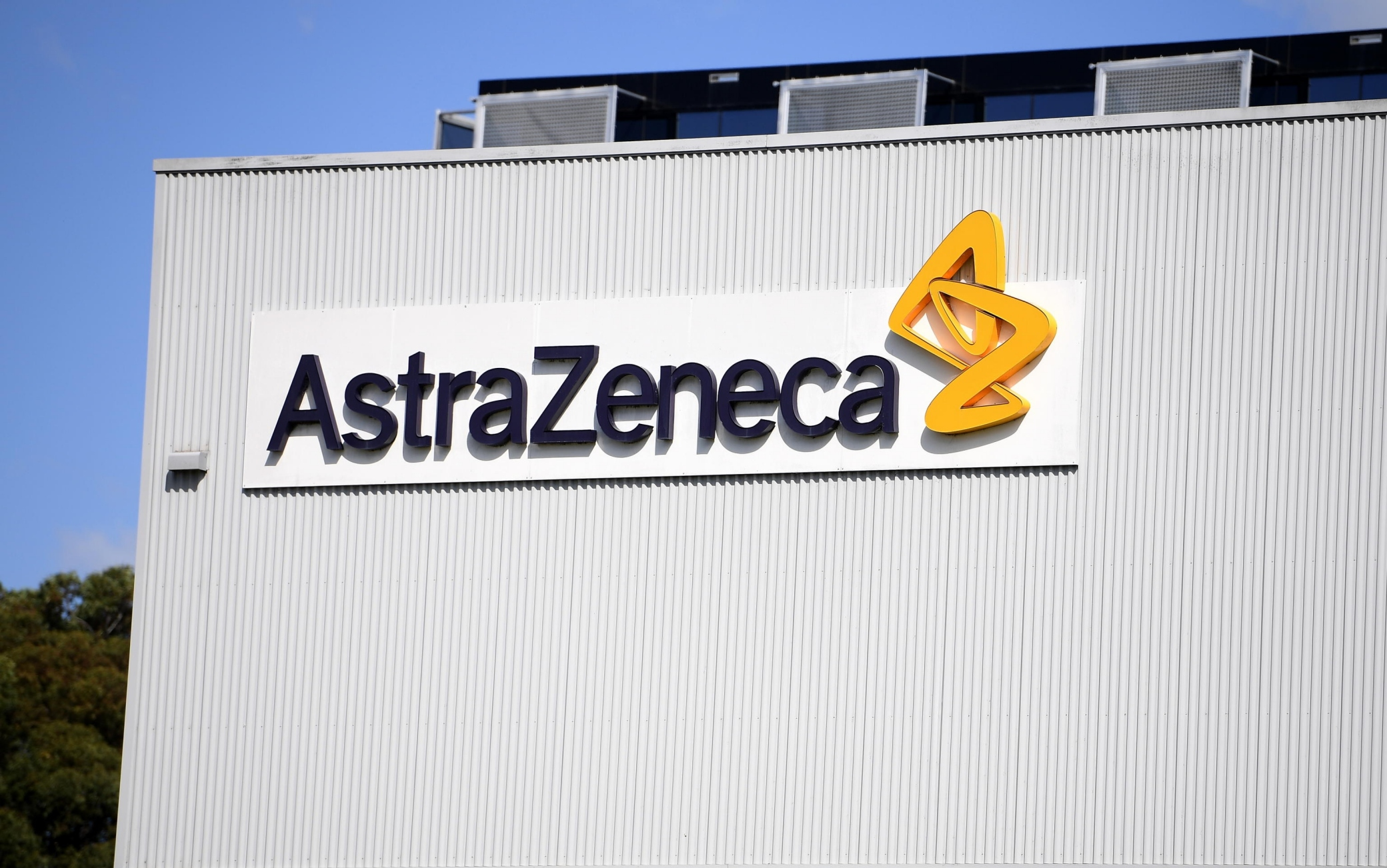 Covid, media tedeschi: vaccino AstraZeneca efficace all'8% su over 65