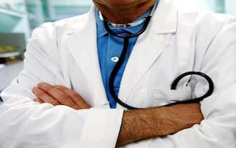 Un medico con il camice da ambulatorio