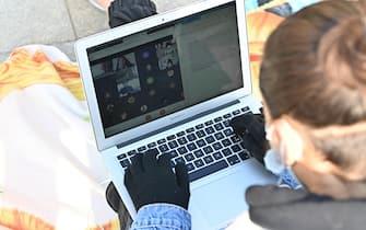 Manifestazione studenti scuole torinesi contro DAD studiano in strada in piazza castello, Torino, 8 marzo 2021 ANSA/ALESSANDRO DI MARCO