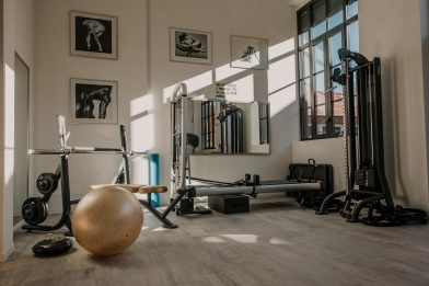 Mal di schiena, esercizi per combatterlo con stretching e fitball