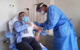 Il dottor Angelo Pan e Gabriele Zambelloni durante la sperimentazione del vaccino ReiThera all'ospedale Maggiore di Cremona, 29 marzo 2021.  ANSA/ FILIPPO VENEZIA