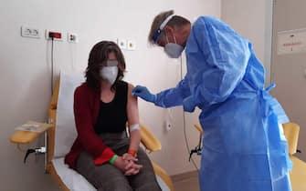 Il dottor Angelo Pan e Stella Bellini durante la sperimentazione del vaccino ReiThera all'ospedale Maggiore di Cremona, 29 marzo 2021.  ANSA/ FILIPPO VENEZIA