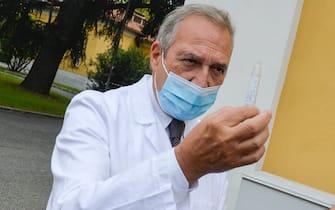 Francesco Vaia, direttore sanitario dello Spallanzani di Roma, mostra un test salivare