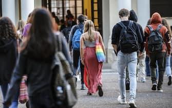 Alcuni studenti fanno il loro ingresso al Liceo classico statale Mamiani per il primo giorno di scuola, Roma 12 settembre 2019. ANSA/FABIO FRUSTACI