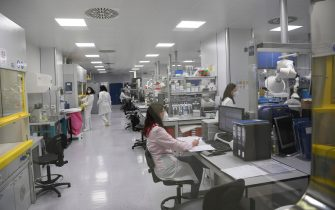 Tecnici al lavoro nel laboratorio della sede di Latina della BSP Pharmaceuticals, 9 febbraio 2021.   ANSA/Maurizio Brambatti