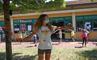 Bambini con i volti coperti da mascherine sanitarie svolgono attivtà ricreativa in un centro estivo , Brescia  9 luglio 2020. Ansa Filippo Venezia