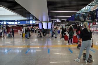 Passeggeri in arrivo all'aeroporto di Roma Leonardo Da Vinci a Fiumicino, 16 maggio 2021. ANSA/Telenews