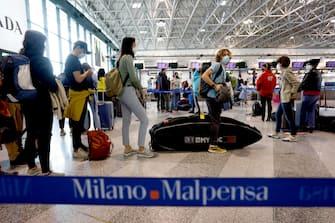 Passeggeri in partenza per le vacanze pasquali all'aeroporto di  Malpensa a Ferno, 3 aprile 2021.ANSA/Mourad Balti Touati