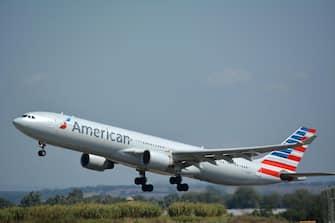Un aereo della compagnia Usa American Airlines in fase di decollo all'aeroporto di Fiumicino, 10 maggio 2021. ANSA/ TELENEWS
