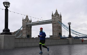 epa08920099 A runner by the Tower of London in London, Britain, 05 January 2021. England has enter its toughest nationwide lockdown since March to help stem the tide of rising coronavirus disease (COVID-19) cases across the country. British Prime Minister Boris Johnson announced on 04 January evening that there would be a third national lockdown in England. The regulations, expected to remain in place until the middle of February, will be presented in parliament on 05 January and subject to a vote on 06 January.  EPA/FACUNDO ARRIZABALAGA