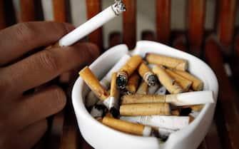 Un posacenere pieno di sigarette in una foto del 2 maggio 2013. ANSA/LUONG THAI LINH
