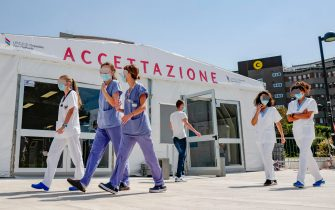 Personale medico all'esterno dell'Ospedale San Raffaele dove è ricoverato l'imprenditore Flavio Briatore, 70 anni, dopo aver contratto il coronavirus, Milano, 25 Agosto 2020. ANSA/ANDREA FASANI