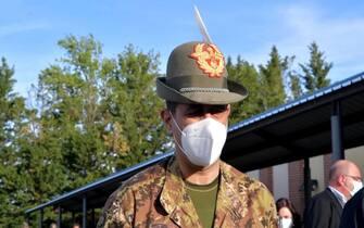 Il commissario straordinario all'emergenza Covid, generale Francesco Paolo Figliuolo, durante la visita a un hub vaccinale