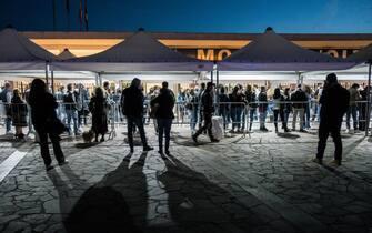 Vaccini non stop per tutta la notte a Napoli, 22 maggio 2021