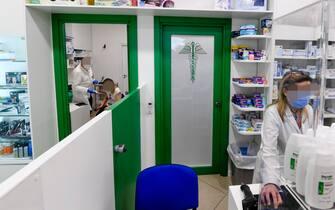 La somministrazione di vaccini anti Covid in una farmacia del quartiere Scampia a  Napoli ,  7 giugno  2021 ANSA / CIRO FUSCO