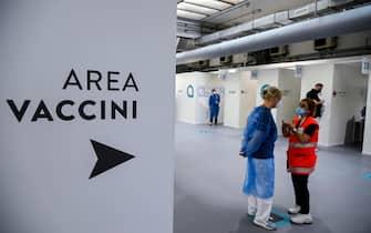 L'hub vaccinale Acea in occasione dell'Open Day Junior, Roma, 12 giugno 2021. ANSA/RICCARDO ANTIMIANI