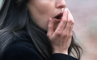 DONNA CON LA TOSSE, GIOVANE TOSSISCE (MILANO - 2002-03-04, Silvano Del Puppo) p.s. la foto e' utilizzabile nel rispetto del contesto in cui e' stata scattata, e senza intento diffamatorio del decoro delle persone rappresentate