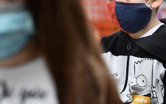Due bambini indossano mascherine anti-Covid