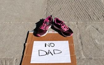 Scarpe su una strada in segno di protesta contro la Dad