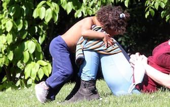 Bimba gioca con la mamma in un parco