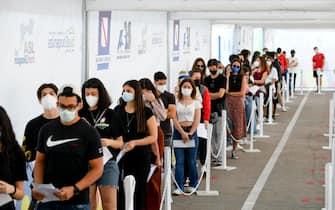 Maturandi in fila all'Hub vaccinale allestita nei padiglioni dell'Atitech nell'area dell' aeroporto di Capodichino a Napoli, 1 giugno 2021. ANSA / CIRO FUSCO