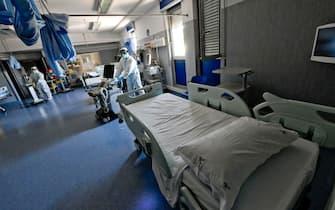 Operatori dismettono i reparti Covid dell'ospedale Don Bosco a Napoli, da oggi con zero pazienti dopo mesi di ininterrotta assistenza a centinaia di degenti colpiti dal virus, 4  giugno  2021 ANSA / CIRO FUSCO