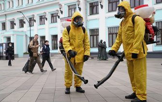 epa09471462 Russian Emergency Situations Ministry workers preparing to sanitise Belorussky railway station as part of the campaign to prevent the spread of the SARS-CoV-2 coronavirus which causes the COVID-19 disease in Moscow, Russia, 16 September 2021. Over the past 24 hours, 2479 cases of COVID-19 coronavirus infection have been detected in Moscow.  EPA/MAXIM SHIPENKOV