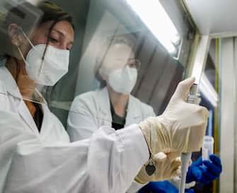 Ricercatrici sperimentano nuovo sistema tamponi orali salivari da fare anche a casa, ricercatrici durante test di laboratorio, Ospedale San Paolo, Milano, 2 Novembre, 2020,  ANSA/Andrea Fasani