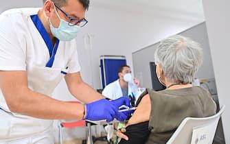 Infermiere somministra il vaccino anti-covid