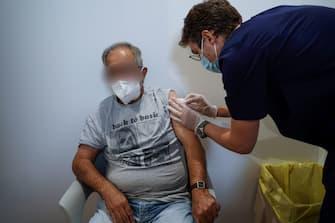 Uno dei primi pazienti over 80 a ricevere la terza dose di vaccino. Torino, 4 ottobre 2021 ANSA/JESSICA PASQUALON