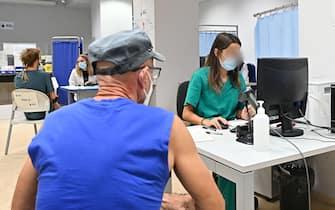 Inizio delle somministrazioni della terza dose del vaccino anti COVID per le persone fragili e immunodepresse presso l'ospedale San Giovanni Bosco, Torino, 20 settembre 2021 ANSA/ALESSANDRO DI MARCO