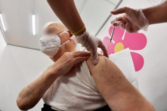 La somministrazione contemporanea del vaccino antinfluenzale e della dose aggiuntiva del vaccino anti-Covid19 presso il centro vaccini Ex-Bosi a Rieti. 7 Ottobre 2021 ANSA/GRILLOTTI