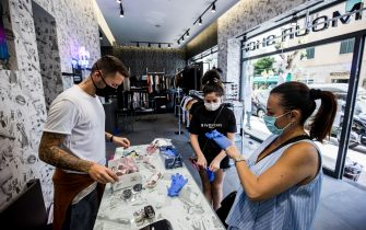 Napoli 18-05-2020 emergenza Coronavirus (Covid-19) fase 3 riaprono i negozi di abbigliamento  con obbligo di mascherine e guanti per i clienti e negozianti nella foto un negozio al vomero  (Newfotosud Alessandro Garofalo) (Napolipress/Alessandro Garofalo/Fotogramma, Napoli - 2020-05-18) p.s. la foto e' utilizzabile nel rispetto del contesto in cui e' stata scattata, e senza intento diffamatorio del decoro delle persone rappresentate