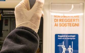 Milano, Fase 2, Emergenza Coronavirus Covid 19 - I guanti diventano obbligatori sui mezzi pubblici. (Francesco Bozzo/Fotogramma, Milano - 2020-05-01) p.s. la foto e' utilizzabile nel rispetto del contesto in cui e' stata scattata, e senza intento diffamatorio del decoro delle persone rappresentate