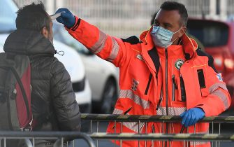 A health staff checks the body temperature of a man arriving at the Juventus stadium before the Italian Serie A football match Juventus vs Inter Milan which will be played behind closed doors, in Turin on March 8, 2020. - Italy's Sports Minister called on Matrch 8 for an immediate suspension of the Serie A season due to the coronavirus outbreak that has killed 233 people in the country. (Photo by Vincenzo PINTO / AFP) (Photo by VINCENZO PINTO/AFP via Getty Images)