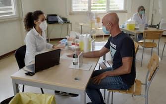 Un'addetta sanitaria effettua un test sierologici a un residente del Comune di Carpiano,  09 Giugno 2020. I cittadini hanno iniziato a sottoporsi allo screening. Ansa/Andrea Canali.