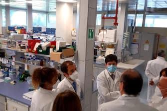 Il ministro della Salute, Roberto Speranza, incontra il management, le ricercatrici e i ricercatori della IRBM, l'azienda italiana che sta lavorando, in collaborazione con lÂ?Universita' di Oxford, alla sperimentazione del vaccino contro il Covid-19, 18 giugno 2020. ANSA/ UFFICIO STAMPA MINISTERO DELLA SALUTE +++ ANSA PROVIDES ACCESS TO THIS HANDOUT PHOTO TO BE USED SOLELY TO ILLUSTRATE NEWS REPORTING OR COMMENTARY ON THE FACTS OR EVENTS DEPICTED IN THIS IMAGE; NO ARCHIVING; NO LICENSING +++