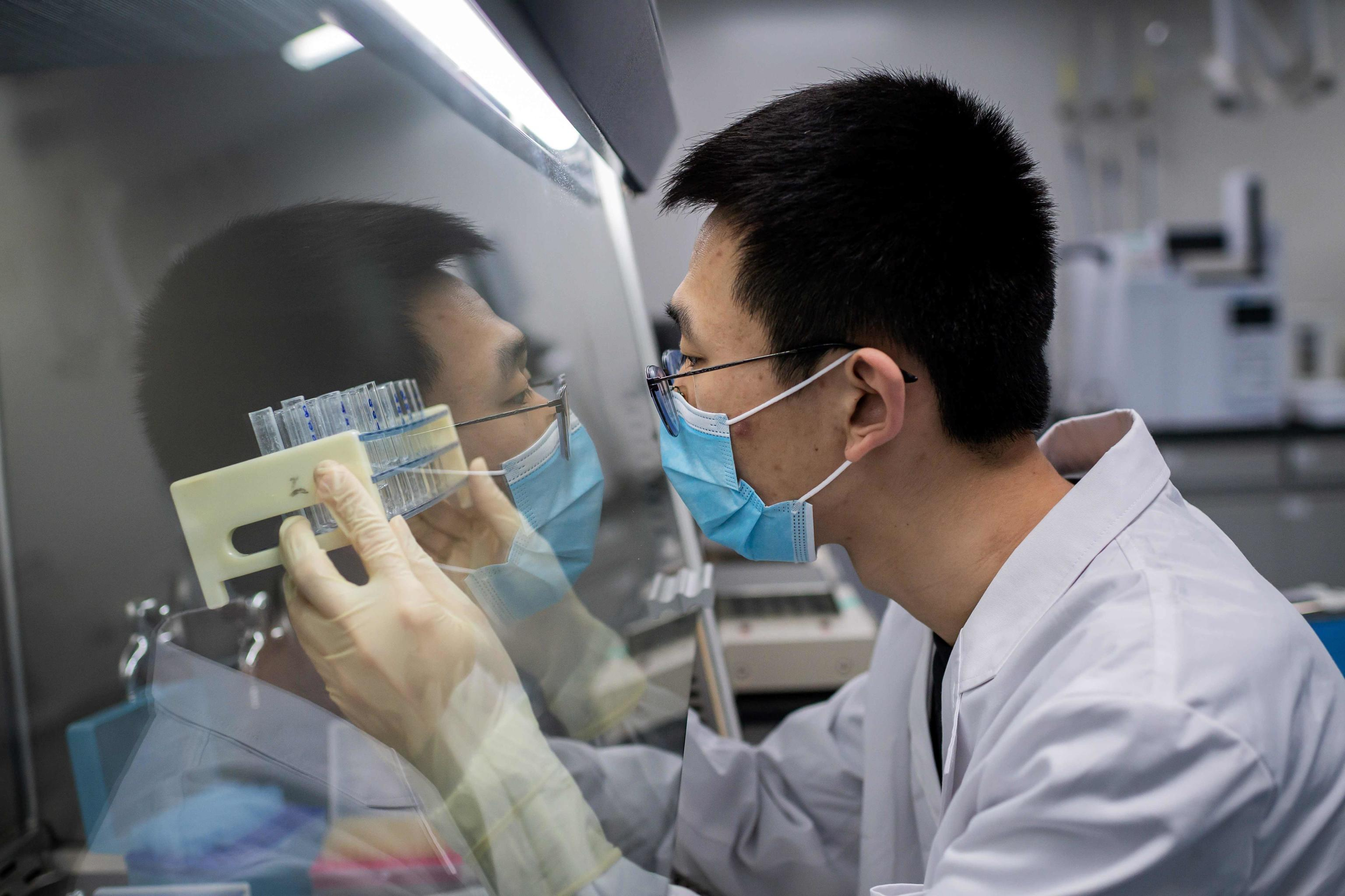TOPSHOT - In this picture taken on April 29, 2020, an engineer works at the Quality Control Laboratory on an experimental vaccine for the COVID-19 coronavirus at the Sinovac Biotech facilities in Beijing. - Sinovac Biotech, which is conducting one of the four clinical trials that have been authorised in China, has claimed great progress in its research and promising results among monkeys. (Photo by NICOLAS ASFOURI / AFP) / TO GO WITH Health-virus-China-vaccine,FOCUS by Patrick Baert