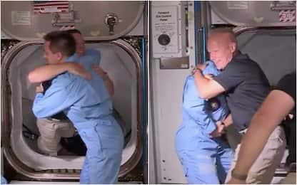 SpaceX, abbraccio tra astronauti della Crew Dragon e dell'Iss. FOTO