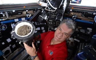 Una 'macchia' nera che sporca il candore delle nuvole, stagliandosi contro l'azzurro intenso dell'atmosfera: ecco l'ombra dell'eclissi totale di Sole sulla Terra, immortalata dallo spazio da uno spettatore d'eccezione, l'astronauta Paolo Nespoli dell'Agenzia spaziale europea (Esa). 'Armato' di potenti obiettivi e speciali filtri solari, AstroPaolo ha atteso con emozione la sua prima eclissi dallo spazio, e ha subito condiviso sui social le immagini mozzafiato appena scattate dalla Stazione spaziale internazionale (Iss).     +++ATTENZIONE LA FOTO NON PUO? ESSERE PUBBLICATA O RIPRODOTTA SENZA L?AUTORIZZAZIONE DELLA FONTE DI ORIGINE CUI SI RINVIA+++