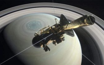 This artist's rendering shows NASA's Cassini spacecraft above Saturn's northern hemisphere, heading toward its first dive between Saturn and its rings on April 26, 2017. ANSA/ NASA/JPL-Caltech +++ NO SALES - EDITORIAL USE ONLY +++