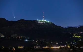 Comet Neowise in the early morning sky above the Hollywood sign. The comet came from deep space and does a 6766 year orbit.   7/12/2020 Hollywood, CA USA (Photo by Ted Soqui/SIPA USA) (Ted Soqui / IPA/Fotogramma, Hollywood - 2020-07-12) p.s. la foto e' utilizzabile nel rispetto del contesto in cui e' stata scattata, e senza intento diffamatorio del decoro delle persone rappresentate