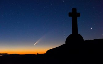 BGUK_1960555 - Dartmoor, UNITED KINGDOM  - Comet Neowise was spotted over the Dark skies of Dartmoor in the early hours of today. Photographed on Yar Tor - at the memorial to a fallen world war 1 Soldier, Also visible, Milkyway, Saturn and Jupiter,   The comet, which was discovered by NASA in March, is believed to be the brightest discovered comet for over 20 years.  Pictured: GV, General View  BACKGRID UK 11 JULY 2020   BYLINE MUST READ: camerafirm / BACKGRID  UK: +44 208 344 2007 / uksales@backgrid.com  USA: +1 310 798 9111 / usasales@backgrid.com  *UK Clients - Pictures Containing Children Please Pixelate Face Prior To Publication* (THHE / IPA/Fotogramma, Dartmoor - 2020-07-11) p.s. la foto e' utilizzabile nel rispetto del contesto in cui e' stata scattata, e senza intento diffamatorio del decoro delle persone rappresentate